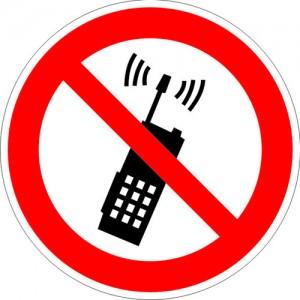 P18 Запрещается пользоваться мобильным (сотовым) телефоном или переносной рацией